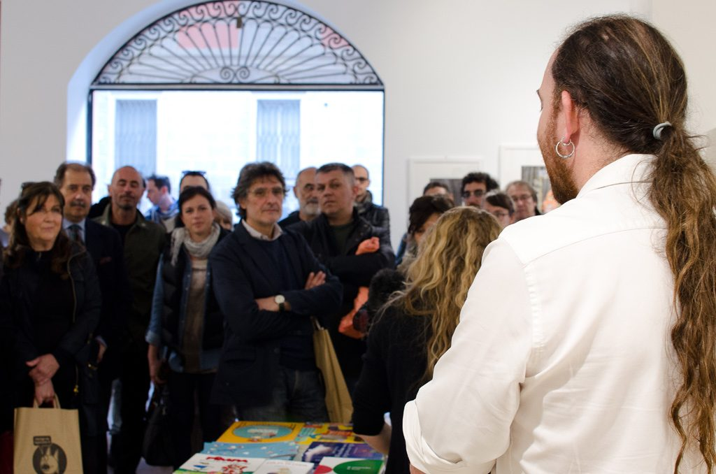 Il pubblico all'inaugurazione della mostra Rivisti e del nuovo Spazio Tapirulan