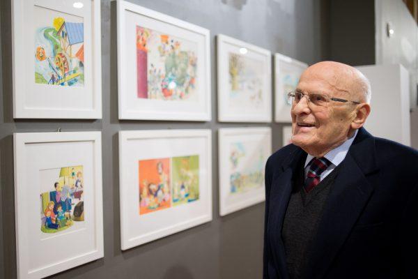 Tony Wolf osserva le sue illustrazioni esposte alla mostra Ciao (Santa Maria della Pietà, Cremona) - Foto di Michele Prosperi